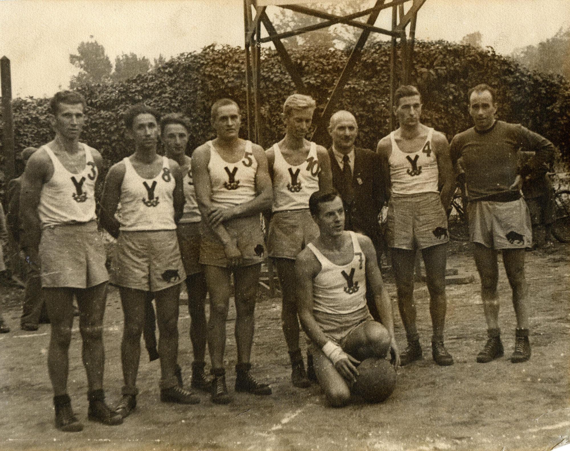 1948 drużyna YMCA, mistrzowie Polski (Ziuna pierwszy z lewej)